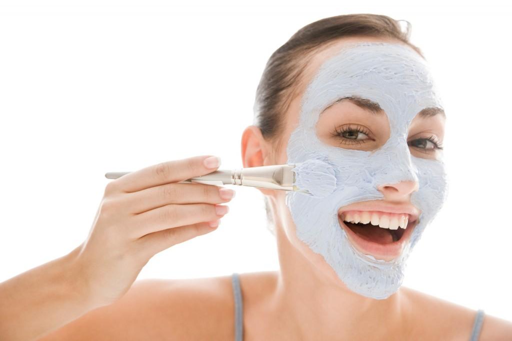 Quatro máscaras faciais caseiras brilhantes para todos os tipos de pele.