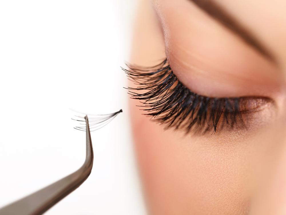 Como aplicar cílios falsos individuais? Maquiagem dos olhos para todas.