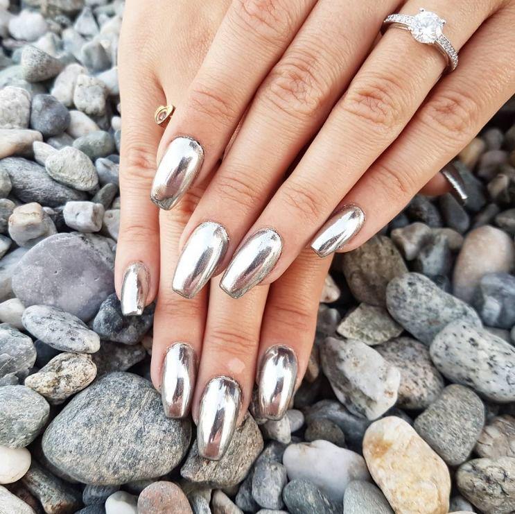 Micro tendência #unhasespelhadas: manicure metálica do dia a dia